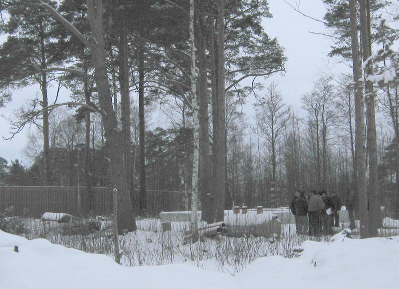 Группа проверяющих областных чиновников у фундамента дома г-на Паромова и завезенного оборудования