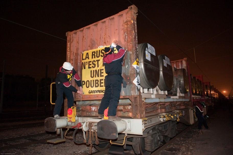 """Поезд с отходами заблокирован французскими """"зелеными"""""""